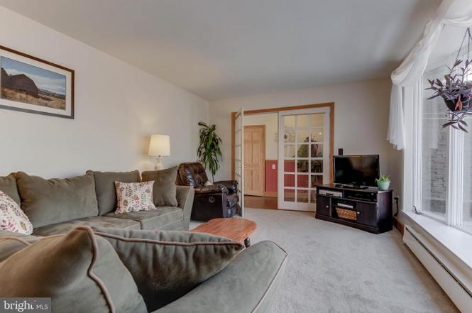 living-room-1485-telegraph-rd-honeybrook-pa-for-sale-zukin-realty